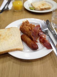 Bacon, pølse, tomatbønner og toast! Mmm...